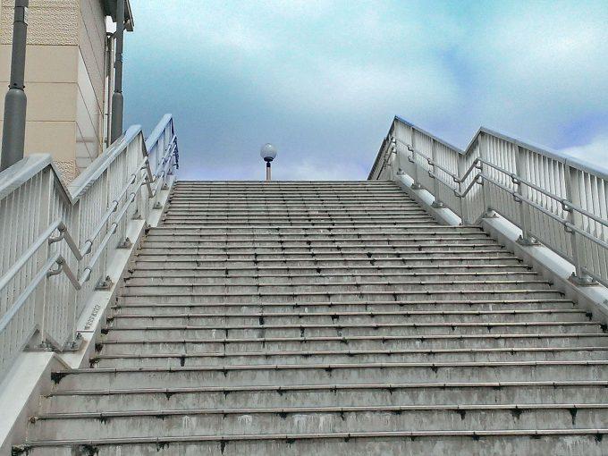 この階段を登らないとデカパトスへ行けません(横にエレベーターあります)