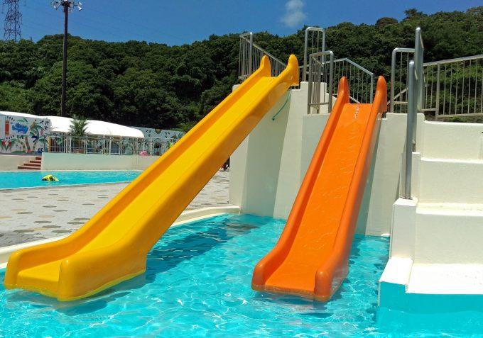 バケツプールの隣に、子供用の浅いプールがあってそこに滑り台が2つ。4歳過ぎのうちの子にはちょっとスリルがあって楽しそうでした。