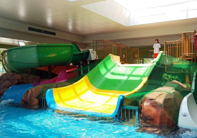 屋内プール内にもワイドの滑り台。何人か同時に滑れて楽しいです。落ちる先のプールが実は意外と深い。ちょっと大きめの子供向気。