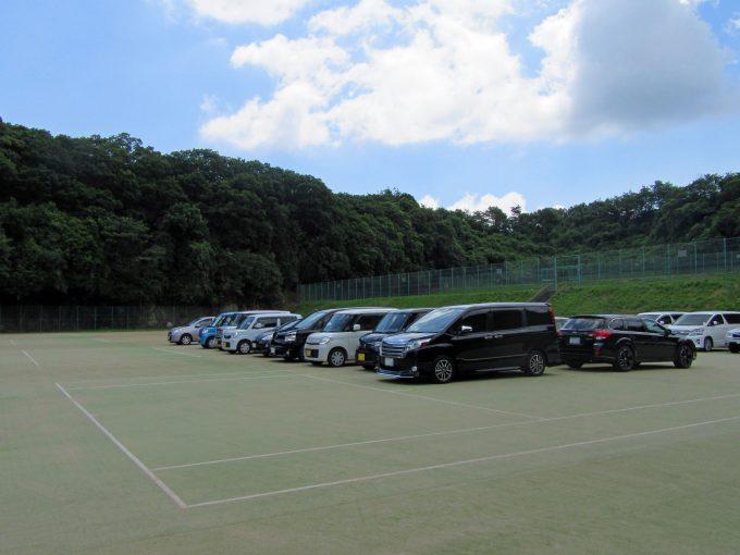 テニスコート・・・ではなくて、プールすぐ横の駐車場